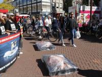 Activisten liggen in grote vleesschalen op het Achterom Dordrecht