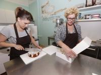 20162507 Annemieke en Elleke nemen Chirsta's Cookies over Dordrecht Tstolk 002