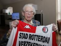 20161802 Mevrouw Smits (104) voor het eerst naar Feyenoord Zwijndrecht Tstolk 001
