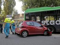 Aanrijding tussen auto en bus