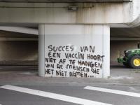 Teskt over Covid-19 onder viaduct N3 Corpernicusweg Dordrecht