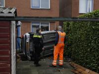 Auto belandt op zijkant in Achtertuin Donizettiplaats Zwijndrecht