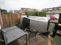 Auto belandt op zijkant in Zwijndrechtse tuin