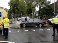 Auto op zijn kant na botsing kruispunt Brouwersdijk Dordrecht