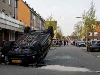 Auto over de kop in Tollensstraat Dordrecht