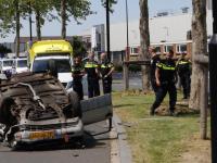 Auto over de kop op Merwedestraat