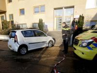 Oudere man botst met zijn auto twee keer
