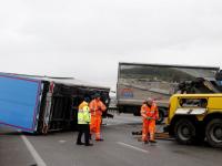 Vrachtwagen gekanteld op Moerdijkbrug A16