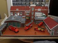 Martin Vink met modelkazerne brandweer Dordrecht