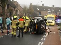 Auto op zijn kant Assumburg Dordrecht