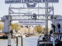 Spandoek opgehangen tussen de Dok van Straatman en het schip Neerlandica Wolwevershaven Dordrecht