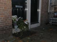 20162712 Bloemen voor woning van neergestoken man Eemsteynplein Dordrecht Tstolk