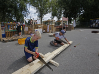 Kinderen bouwen hutten of huizen