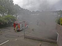 Enorme rookontwikkeling bij autobrand in parkeergarage onder woningen