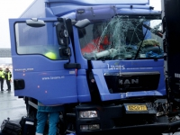 20173001 Vrachtwagenchauffeur bevrijd uit vrachtwagen A16 Zwijndrecht Tstolk 004
