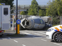 Cementwagen op zijn kant in Zwijndrecht