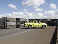20170706 Chaos met avondspits door gekantelde vrachtwagen op Moerdijkbrug Tstolk 005