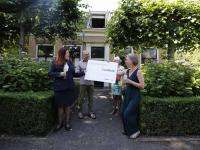 Cheque van Monuta Helpt voor Theetuin bij Villa TrösT door