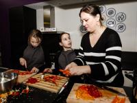 Scholieren Regenboogschool koken voor bewoners Merwelanden Volkerakweg Dordrecht