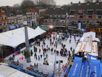 20151812 Scholieren genieten op kerstijsbaan Statenplein Dordrecht Tstolk