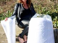 Initiatiefnemer Hannah Harreman-Nolle met dekbedovertrek  Dordrecht