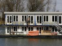 Drijvende hotelkamers Villa Augustus zichtbaar