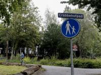 032092020-Bewoner-Hans-de-Waal-lopend-door-het-Crabbehofpad-Dordrecht-Tstolk-002