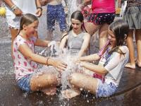 20172908 Scholieren Vest genieten van laatste zonnige dag in fontein Statenplein Dordrecht Tstolk 001