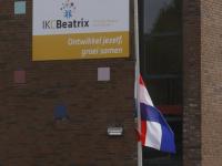 vlag half stok bij IKC Beatrix school Papendrecht