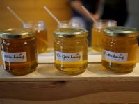 Zwijndrechtse honing voor burgemeester Hein van der Loo Zwijndrecht