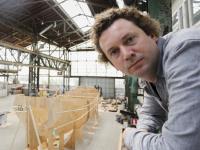 Kunstenaar en studenten bouwen aan de Tjalk in Biesboschhal Dordrecht