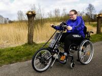Jetske Postma met haar nieuwe fiets rolstoel Dordrecht