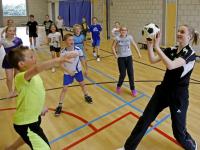Jeugdinternationals geven korfbalclinic op oude basisschool