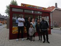 20182308-Groepsfoto-met-nieuwe-eigenaren-cafetaria-Jacob-Marisstraat-Dordrecht-stolk