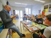 Jozua Douglas leest voor in klassen JFK zuidendijk Dordrecht