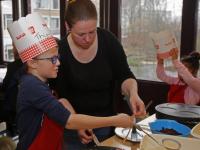 Scholieren de Satelliet bakken pannenkoeken voor ouderen