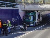Vrachtwagen klem in tunnel Dubbeldamseweg Zuid Dordrecht