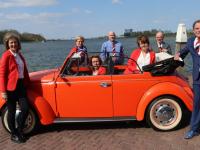 Gehele Oranje Comité bijeen  met Oranje cabriolet VW Groothoofd Dordrecht