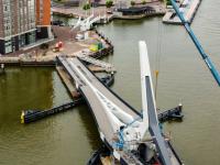 Laatste werkzaamheden aan Prins Clausbrug in gehesen Dordrecht