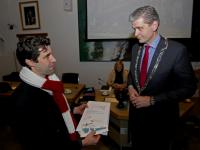 20171912-overhandiging-steunbetuigingen-door-Elio-Barone-aan-burgemeester-Kolff-Dordrecht-Tstolk
