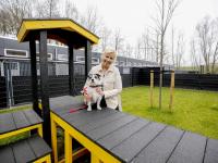 Mirjam Addiks met hond Max vernieuwd buitenterrein Louterbloemen Dordrecht