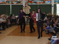 Bewoners Parkhoff en basisschoolkinderen Dordtse Vrije School kijken elkaar in de ogen