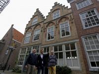 20171610-Drie-mannen-voor-pand-Hofstraat-Dordrecht-Tstolk-002