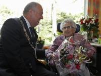 20170805 Mevrouw De leeuw 100 jaar oud zorggroep Crabbehoff Dordrecht Tstolk 002