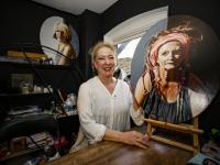 Wilma Geerts bij portret Dordrecht