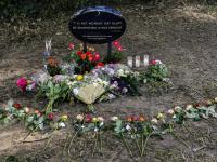 Bloemen bij herdenkingssteen Reimerstein Dordrecht