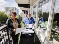 Peter baars en flatbewoonster tientallen handtekeningen opgehaald voor parkeerdek WC Sterrenburg Dordrecht