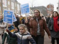 Onderwijzers in optocht door binnenstad Dordrecht