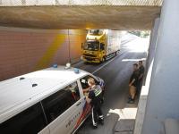 Vrachtwagen klem in blauwe tunnel