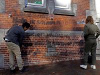 Oud leerling Britt en vriend Aleandro proberen tekst weg te poetzen Dordrecht